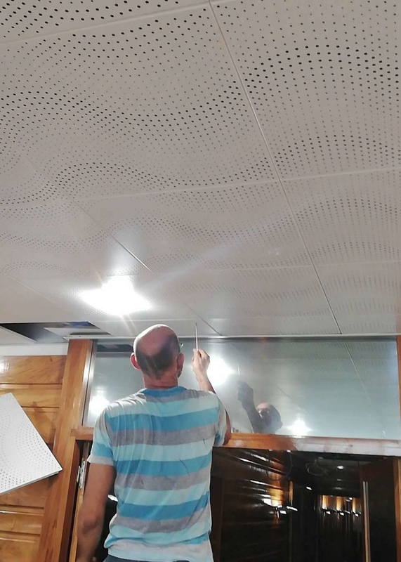 CE Acoustic Ceiling Tiles White Color Wave Perforation Aluminium Clip In Ceiling For Hotel